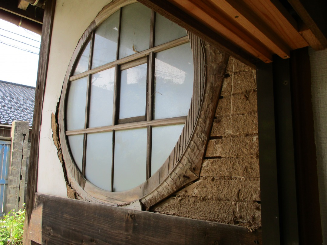 なんて愛らしい丸窓。